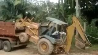 נהג טרקטור מוכשר מציג: איך להעלות טרקטור על משאית ללא מנוף?