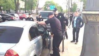 Полицейские в Черкассах разбили стекло автомобиля