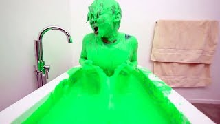 Il prend son bain dans du slime... ʘ ʖ̯ʘ
