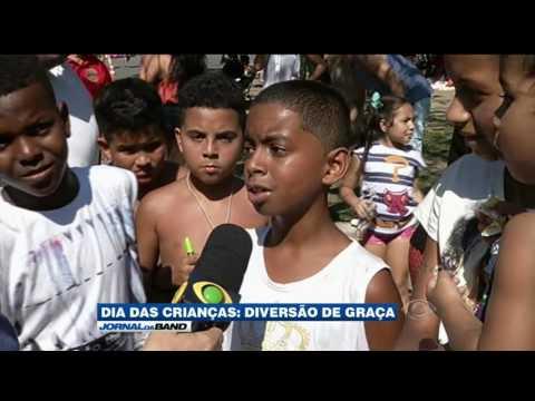 Brasileiros aproveitam espaços públicos no Dia das Crianças