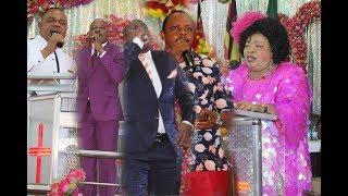 Wachungaji zaidi ya watatu wafanya maombi ya kukabidhi miezi sita ijayo kwa Bwana  watu waguswa na m