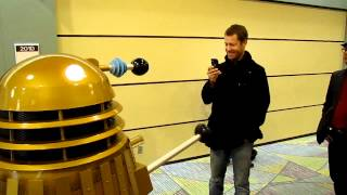 Sheriff Carter talking to a Dalek