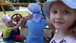 Милана катается с горки на детской площадке с друзьями.Детские игры.Видео для малышей.
