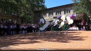 Танец ромашек от юных красавиц.