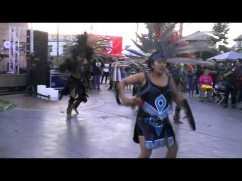 Dansa azteca en plaza mariachi en Boyle heights