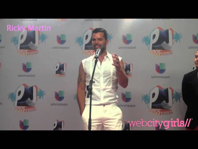 . @Ricky_Martin Meets #PinkGlam aka' @webcitygirls at #PremiosJuventud Videos De Viajes