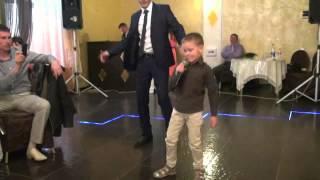 Мальчик поёт 'Невеста'
