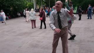 Дедушка танцует,молодые так не смогут!!!