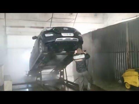 видео: Мойка двигателя снизу на подъемнике (Демонстрация работы автоподъемника)  на автомойке