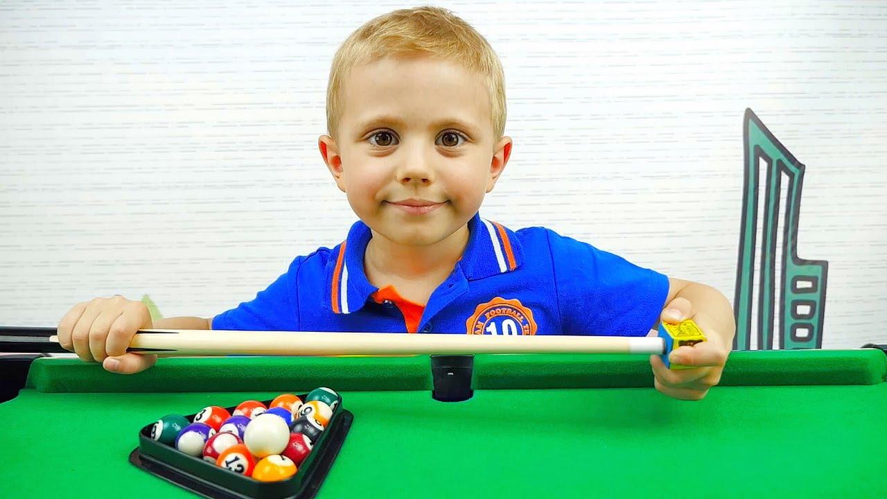 Даник играет на бильярде вместе с папой - Весёлое видео для детей с настольной развлекательной игрой