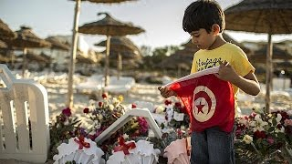Yabancı turistler Tunus'u terk ediyor