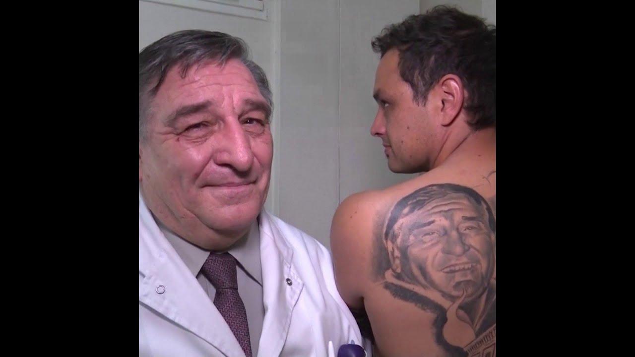 Son médecin lui a sauvé la vie... Il se fait alors tatouer son portrait dans le dos