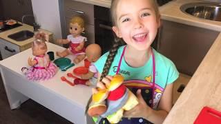 Маша готовит своим куклам завтрак заботится как маленькая мама