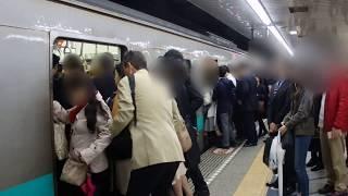 北千住駅では、遅延防止のためブザーが鳴り終わると、すぐにドアを閉め...