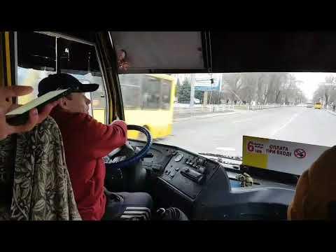 Херсонский водитель говорит по телефону во время движения автомобиля
