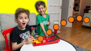 CRIANÇAS BRINCANDO COM JOGO DE LANÇAR BOLINHAS de Brinquedo - Paulinho e Toquinho