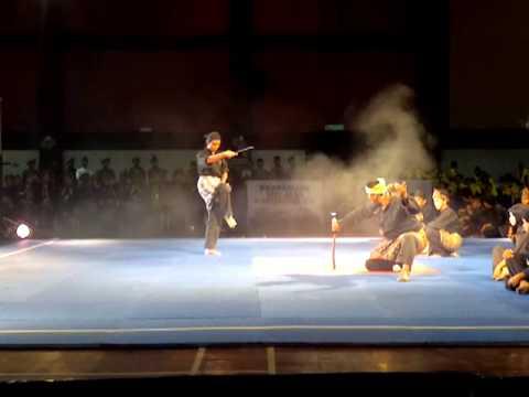 seni silat selendang merah (persembahan pembukaan kejohanan pencak silat sekolah2 kebangsaan 2012)