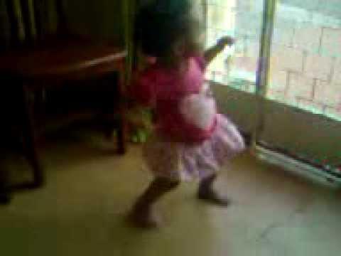Criança de um ano dançando Lepo Lepo (Pesqueira-PE). thumbnail