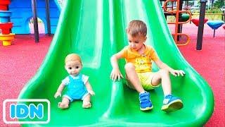 Vlad dan Nikita Berpura pura bermain dengan Dolls on Outdoor playground