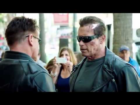 Arnold Schwarzenegger pretending to be a Terminator waxwork and scaring everyone is amazing