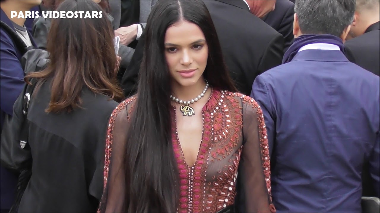 VIDEO Bruna MARQUEZINE attends Paris Fashion Week 24 september 2019 show Dior