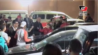 شريف إكرامي يتجاهل جماهير الأهلي لإلتقاط الصور التذكارية معه قبل استقلال سيارته
