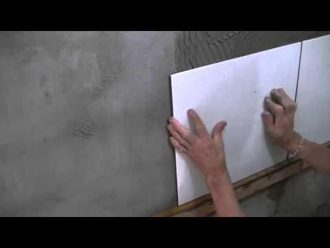 Coloca o de azulejos m o na obra youtube - Como aplicar microcemento sobre azulejos ...