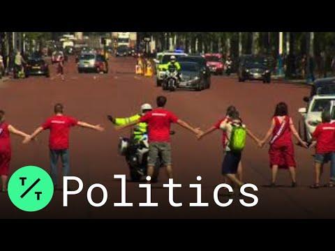 greenpeace-activists-form-human-chain-to-block-boris-johnson-from-buckingham-palace