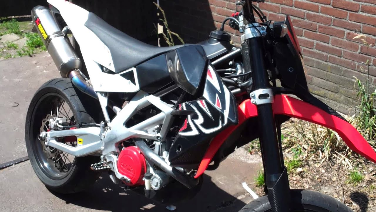 aprilia sxv 550 with full akrapovic exhaust youtube. Black Bedroom Furniture Sets. Home Design Ideas