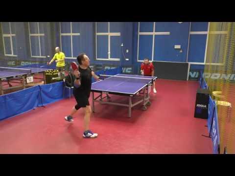 любители играют в настольный теннис в клубе ТОП-Спин АРЕНА г. Санкт-Петербург