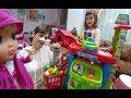 Lisa ve Lera Elifin marketine alışverişe gidiyor. Bu markette pazarlıkta var.
