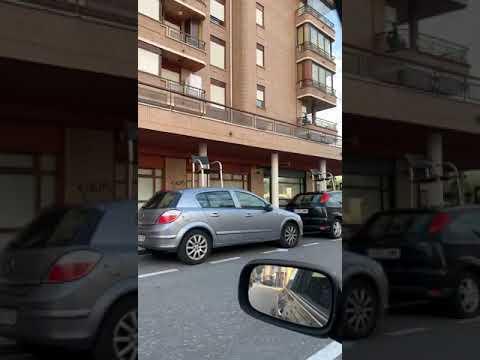 Los coches de Santoña amanecen con sillas de una terraza encima de sus capós y techos