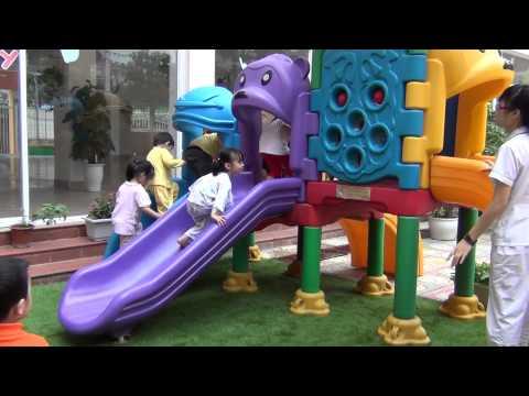 Lớp Pooh 7 trường Mầm Non Thăng Long Kidsmart vui chơi ở sân cỏ của trường