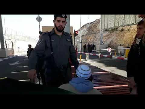 """צפו: שוטרי מג""""ב מעכבים חתן ביום חתונתו בכניסה לירושלים"""