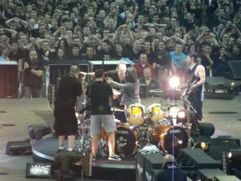 Metallica London -Lars picks Fan to play Drums- Seek & Destroy