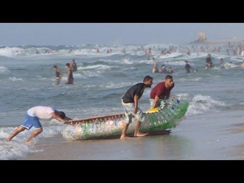 ชายจีนเก็บขวดพลาสติกจากทะเลมาสร้างเรือ ก่อนนำมันลงไปแล่นในทะเลอีกครั้ง