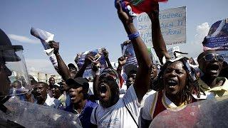 Gambar cover Haitianos manifestam-se em apoio de Jean-Bertrand Aristide e contra interferência internacional
