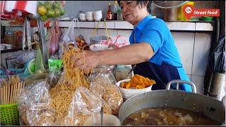 Đừng sốc khi thấy cô chủ dùng tay không bốc mì bán, khách vẫn đông nghẹt và đâu là lý do