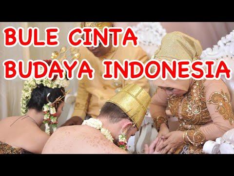 Orang Indonesia menikah dengan bule  (Italian Married with Traditional Javanese costume).