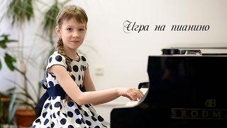 Девочка играет на рояле