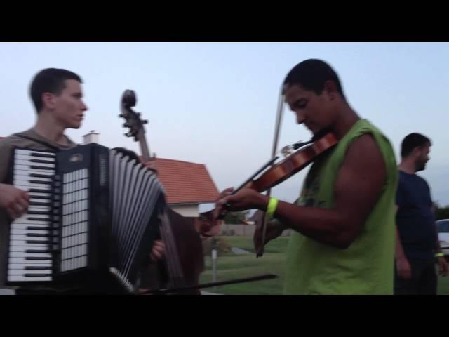 Métatábor 2012 - Tejfel Zsolti bátran hegedül... bőgős-táncos léttére :-))