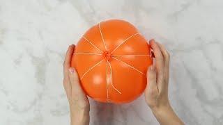 Aus einem eingeschnürten Ballon und Zeitungspapier wird eine geniale Herbstdeko!