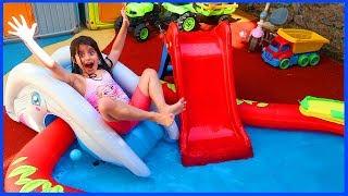 Havuzumuz İçin Şişme Kaydırak Şişirdik ve Havuza Daldık l Eğlenceli Çocuk Videosu