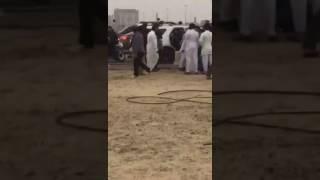 بالفيديو.. قائدو دبابات يعتدون على سيارة عائلة بكورنيش الدمام ويحطمون زجاجها بخوذاتهم