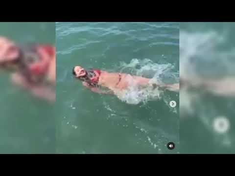 Exmiss Colombia nada en el mar tras perder su pierna