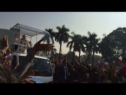 Pope leads Dhaka mass before Rohingya meeting