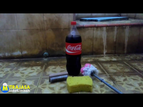 Membersikan kerak di keramik kamar mandi dengan coca cola