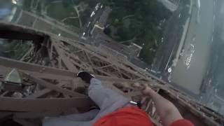 بالفيديو.. شابان يصعدان لقمة برج' إيفل'