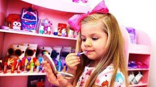 डायना कपड़े और नए मेकअप खिलौने से खेलने का नाटक करती हैं। Diana & new makeup toys