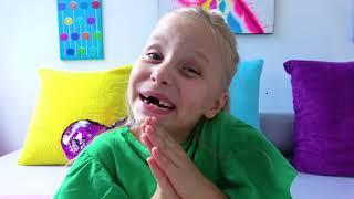 Alicia y la pequeña Eva juegan juegos activos e interfieren con papá